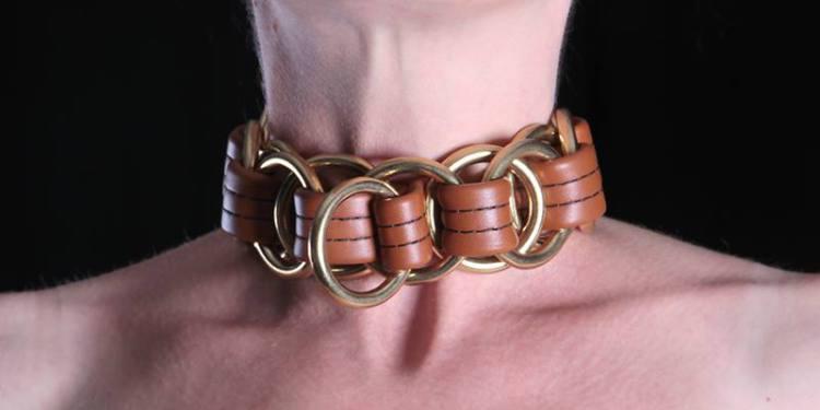 Halsband aus Anilin gefärbten Leder, massive Messingringe sind unlösbar mit Leder verflochten; durch gegliederte Konstruktion ist es in sich sehr beweglich, anpassungsfähig; Gewicht: 600g