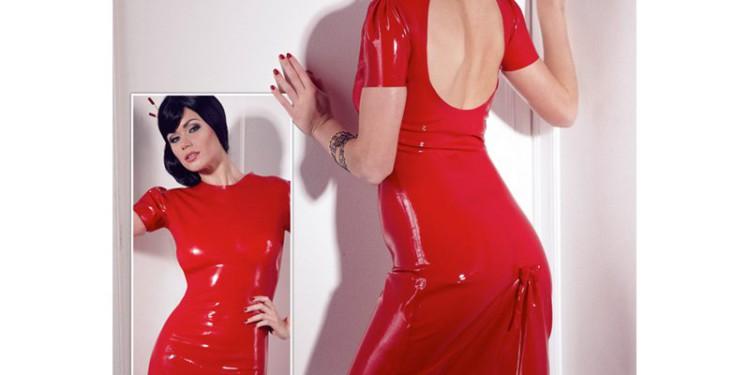 Knielanges, rotes Latexkleid. Leicht transparent, mit  gerafften kurzen Ärmeln.  Es hat zum Schließen einen Druckknopf im Nacken. Preis: 199,-Euro