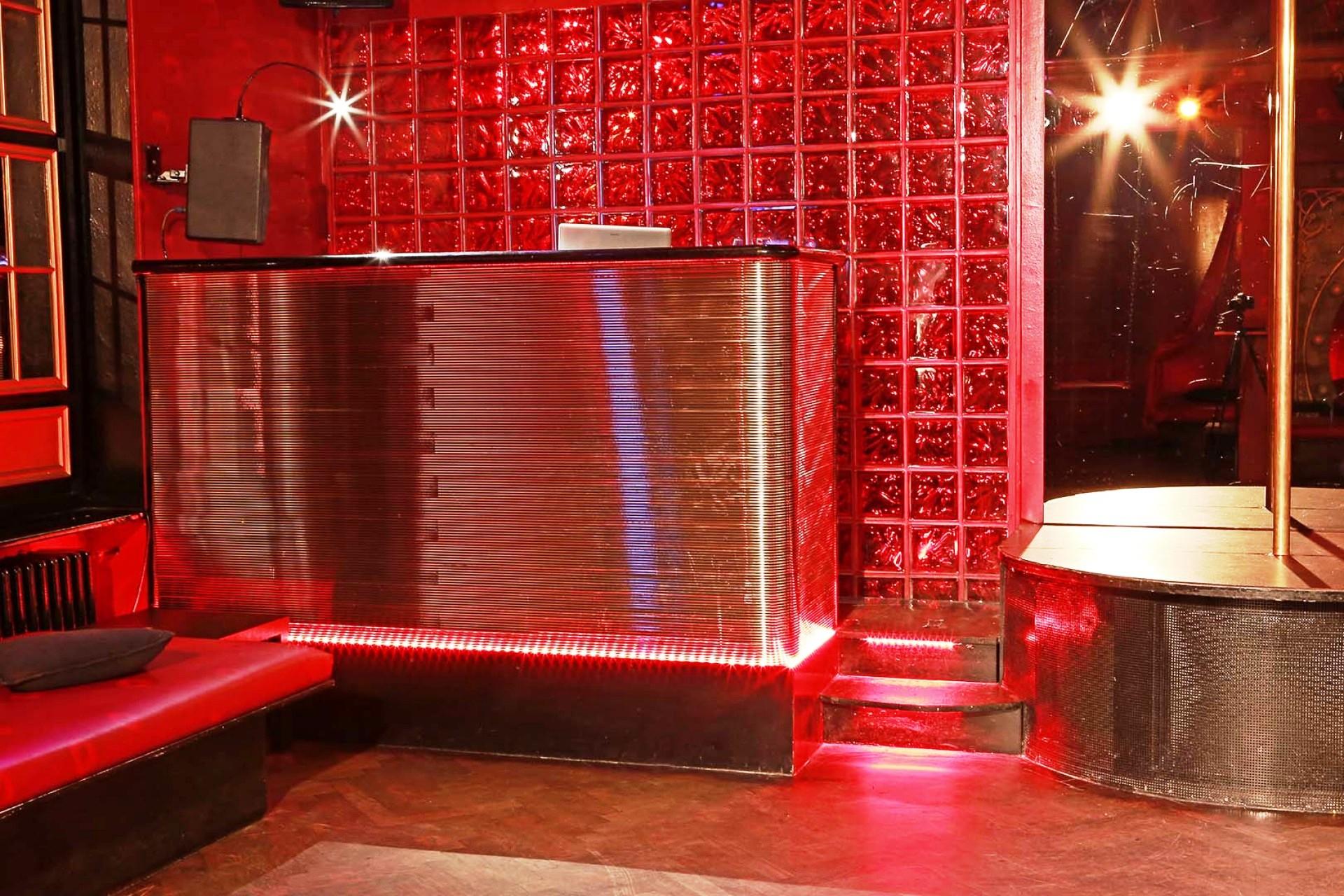 07 DJ-Pult im HauptSaal mit Tanz-Show Podest